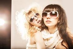 Fjädra modeståenden av en härlig ung sexig kvinnas bärande solglasögon Arkivbild