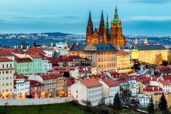 Fjädra Prague panorama från den Prague kullen med den Prague slotten, Vlta Arkivfoton