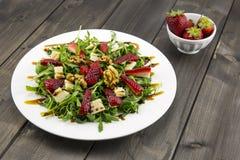 Fjädra sallad med jordgubbar, raketsallad, parmesanost, w Arkivfoto