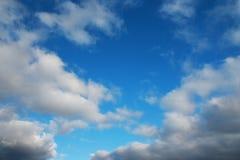 Fjädra skyen. Fotografering för Bildbyråer
