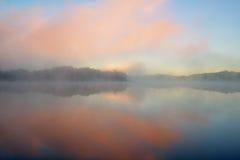 Gryning Whitford Lake i dimma arkivfoto