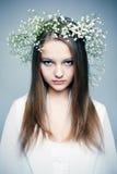 Fjädra ståendeflickan med kranen av blommor arkivfoto
