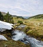 Fjädra strömmen av den Perafita floden i överkant av dalen arkivbilder