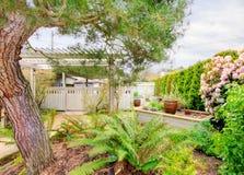 Fjädra trädgården med trädgårds- sängar royaltyfri foto