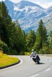 FJÄLLÄNGAR ÖSTERRIKE - 27 08 2017: Motorcykel på landsvägen till Grossglockner på de europeiska fjällängarna Fotografering för Bildbyråer