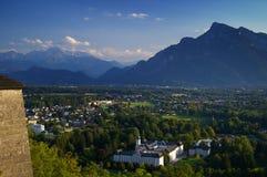 Fjällängar, fästning och Salzburg Österrike Royaltyfri Fotografi