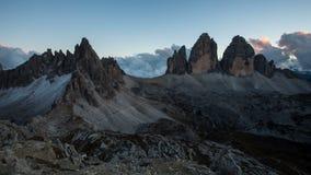 Fjällängar för Italien bergDolomites - trädcime di Lavaredo, Tid schackningsperiod på solnedgången arkivfilmer