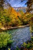 Fjällängar landskap med bergfloden royaltyfri bild