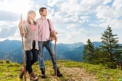 Fjällängar - par som fotvandrar i de bayerska bergen royaltyfria bilder