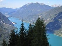 Fjällängarna - bergmaxima och blå sjö royaltyfri bild