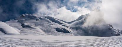 Fjällängarna i höga berg Arkivbild