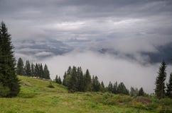 Fjällängarna i moln, Österrike Royaltyfria Bilder