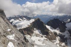 Fjällängarna med den near monteringen Titlis, Engelberg, Schweiz för glaciär Royaltyfri Foto