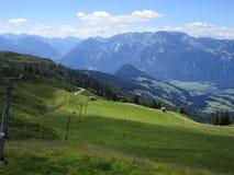 Fjällängarna - sikt av bergmaxima i Österrike fotografering för bildbyråer