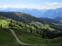 Fjällängarna - sikt av bergmaxima och fält i Österrike Royaltyfri Foto
