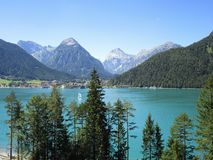 Fjällängarna - sikt av den bergmaxima och sjön i Österrike Royaltyfri Foto