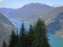 Fjällängarna - sikt av den bergmaxima och sjön i Österrike Royaltyfri Fotografi