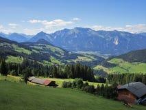 Fjällängarna - sikt av fält och bergmaxima i Österrike Royaltyfri Bild