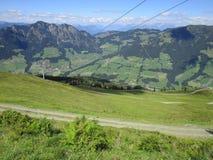 Fjällängarna - sikt av fält och bergmaxima i Österrike royaltyfri foto