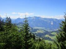 Fjällängarna - sikt av fält och bergmaxima i Österrike Royaltyfri Fotografi