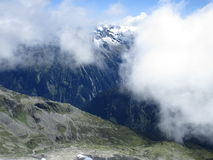 Fjällängarna - sikt av moln och bergmaxima i Österrike Royaltyfri Foto