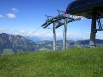 Fjällängarna - sikt av skidlift för bergmaxima och för kabelbil i Österrike royaltyfri bild