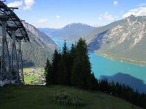 Fjällängarna, sikt från bergöverkant av maxima och sjö i Österrike Fotografering för Bildbyråer