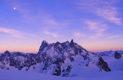 Fjällängsolnedgång på Aiguille du Midi Royaltyfria Bilder
