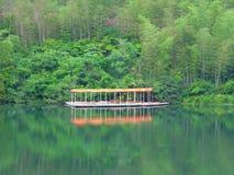 Fjällnära markiser för en rad och sjö Arkivbild