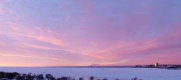 fjärd över solnedgång Arkivbild