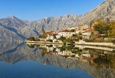 Fjärd av Kotor nära den Dobrota byn i vinter, Montenegro Royaltyfria Bilder