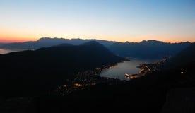 Fjärd av Kotor, solnedgång, afton, nattlandskap Arkivbild