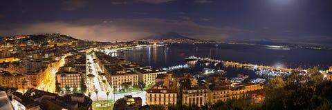 Fjärd av Naples på natten Arkivbild