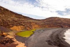 Fjärd för El Golfo med den vulkaniska pölen på den Lanzarote ön Royaltyfri Fotografi