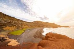 Fjärd för El Golfo med den vulkaniska pölen på den Lanzarote ön Royaltyfria Bilder