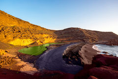 Fjärd för El Golfo med den vulkaniska pölen på den Lanzarote ön Arkivfoton