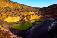 Fjärd för El Golfo med den vulkaniska pölen på den Lanzarote ön Fotografering för Bildbyråer