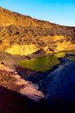 Fjärd för El Golfo med den vulkaniska pölen på den Lanzarote ön Royaltyfri Foto