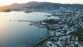 Fjärd i det Aegean havet i strålarna av solnedgången Bodrum kalkon Flyg- l?ngd i fot r?knat stock video