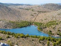 Fjärd med att ankra yachter, i mitt av Kornati nationalparköar i sommarKroatien Royaltyfria Foton