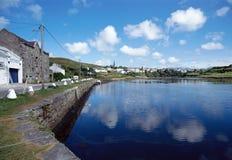 Fjärd och by av Clifden, Irland Arkivbilder