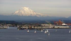 Fjärd Puget Sound Mt Rainier Tacoma för segelbåtregattaavslutning Arkivbild