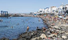 Fjärd, strand och stad på Puerto de las Nieves, på Gran Canaria Arkivbilder