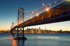 Fjärdbro, San Francisco Skyline, i stadens centrum San Francisco, Calif arkivbild