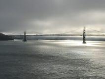 Fjärdbron i San Francisco, Kalifornien på gryning shrowded i dimma Royaltyfri Foto
