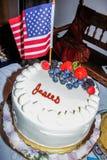 Fjärdedel av den Juli berömkakan och flaggan Royaltyfri Fotografi
