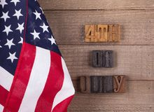 Fjärdedel av det Juli banret och amerikanska flaggan Royaltyfri Foto