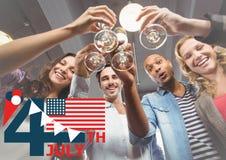 Fjärdedel av det Juli diagrammet med flaggan och glass mot att rosta för millennials royaltyfri foto