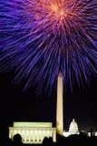 Fjärdedel av Juli beröm med fyrverkerier som exploderar över Lincoln Memorial, Washington Monument och Uen S blå ljus sky u för c Royaltyfri Foto