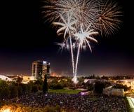 Fjärdedel av Juli berömfyrverkerier över i stadens centrum San Jose royaltyfri bild